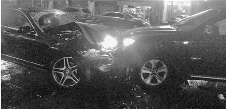 宝马奔驰连续四次相撞,两车驾驶员一度下车大打出手,起因是为了一名