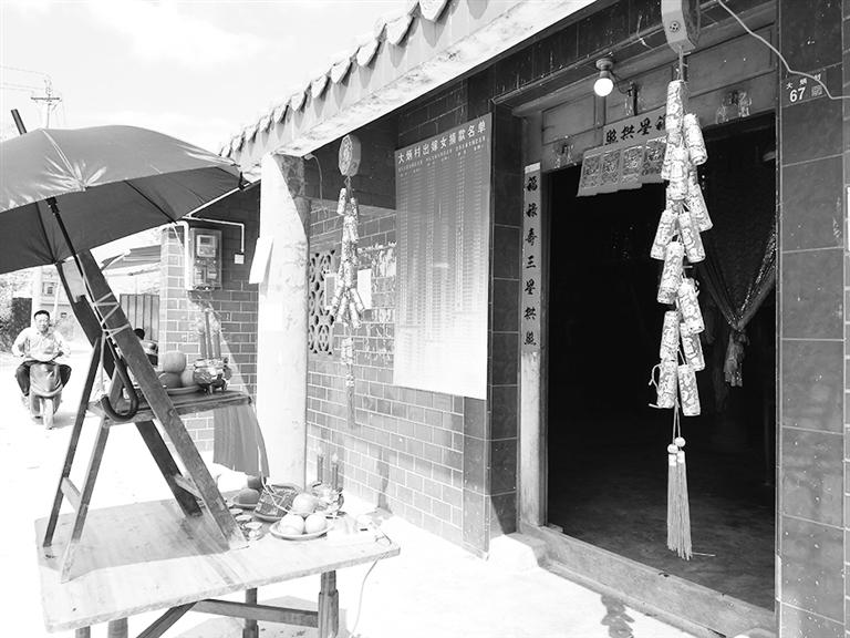 -->  本报讯(记者何海东 通讯员刘平)2月15日,农历正月十一,这天也是海口美兰江东新区灵山镇新管村委会大炳村的公期日子。按照惯例,当天村里每户都要来到村公庙祭拜,燃放鞭炮烧香祭拜,祈求风调雨顺、子孙平安。大炳村村民张某二告诉记者,与往年相比,今年村里的公期明显不同,过这样干净的公期,这么多年还是第一次。   当天上午,记者在灵山镇新管村委会大炳村公庙看到,陆续有村民提着鸡鸭等祭祀用品前来祭拜,公庙里不时传来噼里啪啦的鞭炮声响。与往常的祭祀活动不同,大炳村公庙门前,竟没有发现一片鞭炮屑。